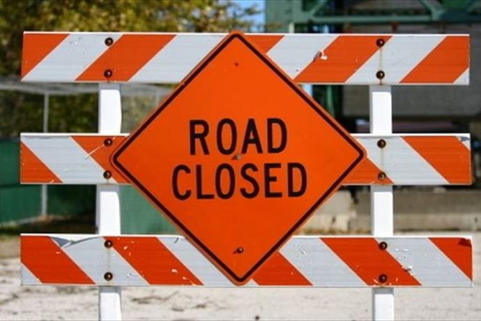road closed sign_5502827341374835006
