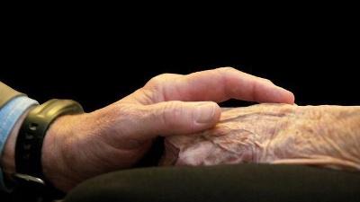 Elderly-hands--holding-hands-jpg_20160422172247-159532