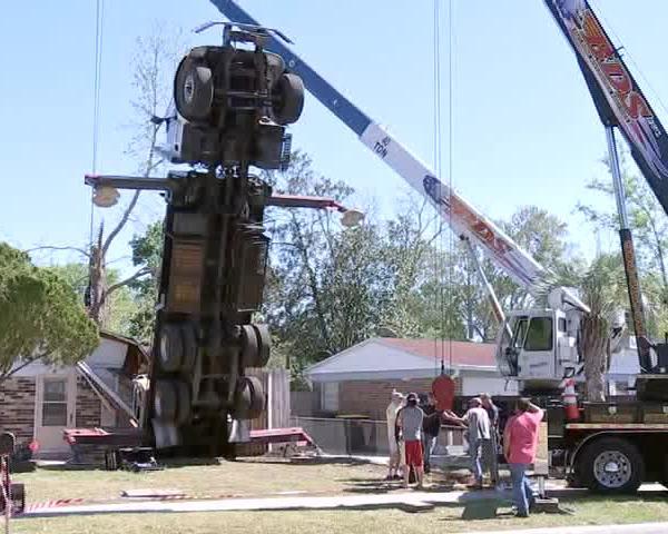 Crane Flips in Florida Crashing Into Two Homes_51211554