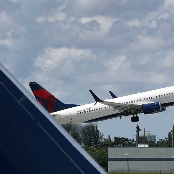 Delta Air Lines plane takes off-159532.jpg75852942