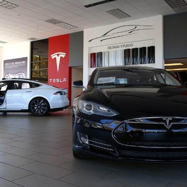 Tesla Model S in showroom-159532.jpg90067082