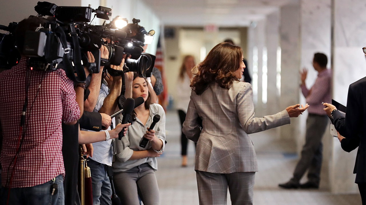 Cameras Reporters in Senate Hallway-159532.jpg11953781