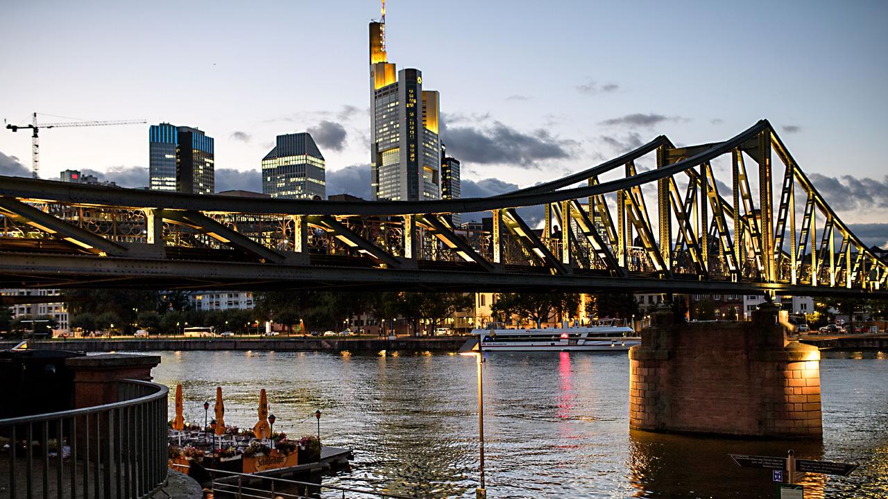 Frankfurt skyline35183790-159532