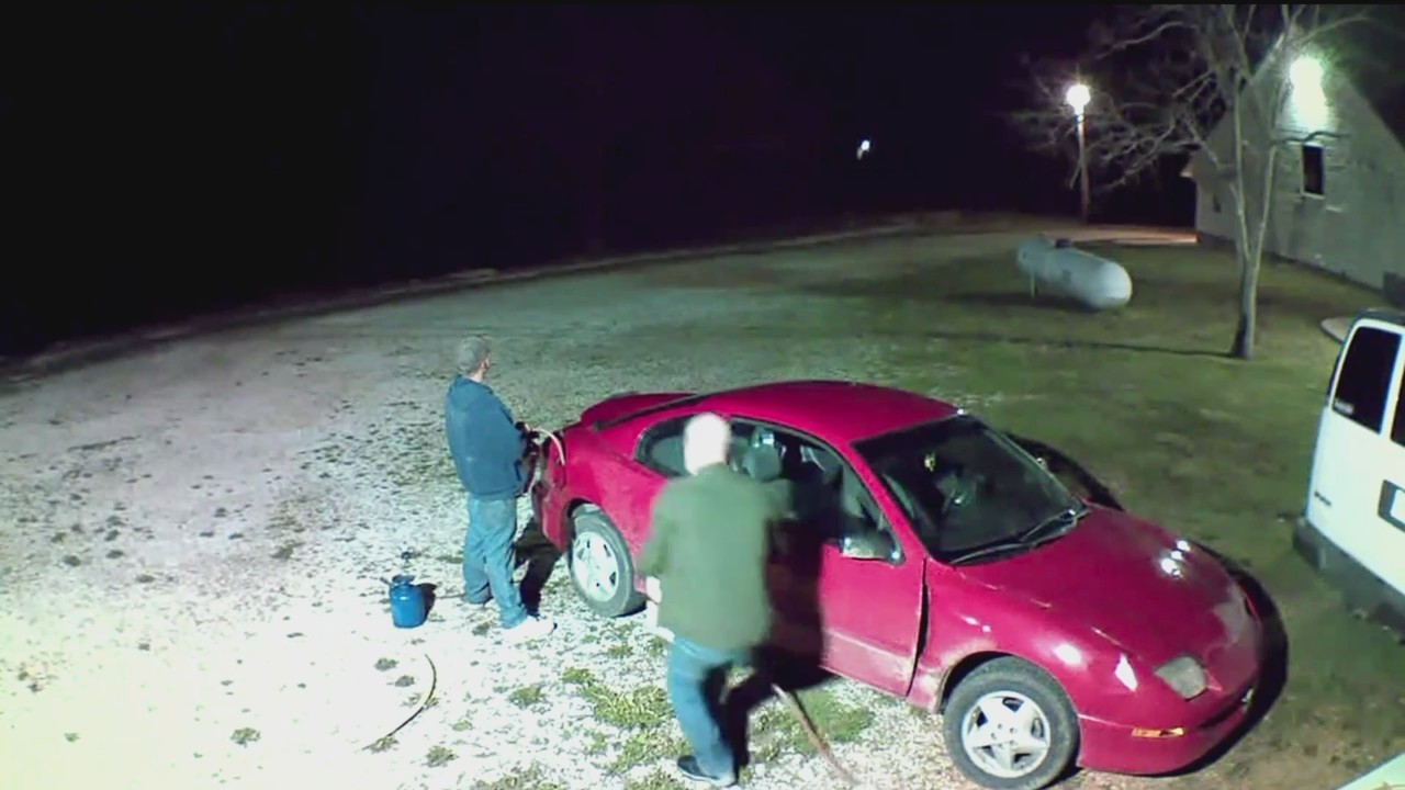 Surveillance_Video__Men_Steal_Gas_Out_of_0_20180426031846