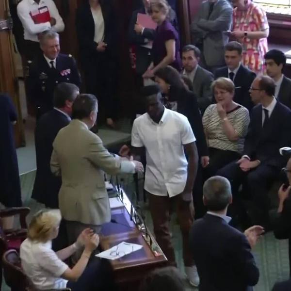 France_Mayor_Gives__Spiderman__Hero_Awar_0_20180604202656